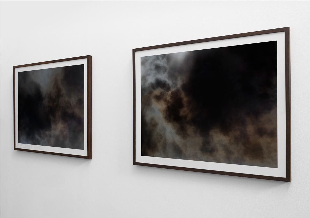 2 abstrakte kunstfotografier fra serien Wildfire print 80×103 cm (billede 70×93 cm) indrammet i røget eg.Set fra højre.