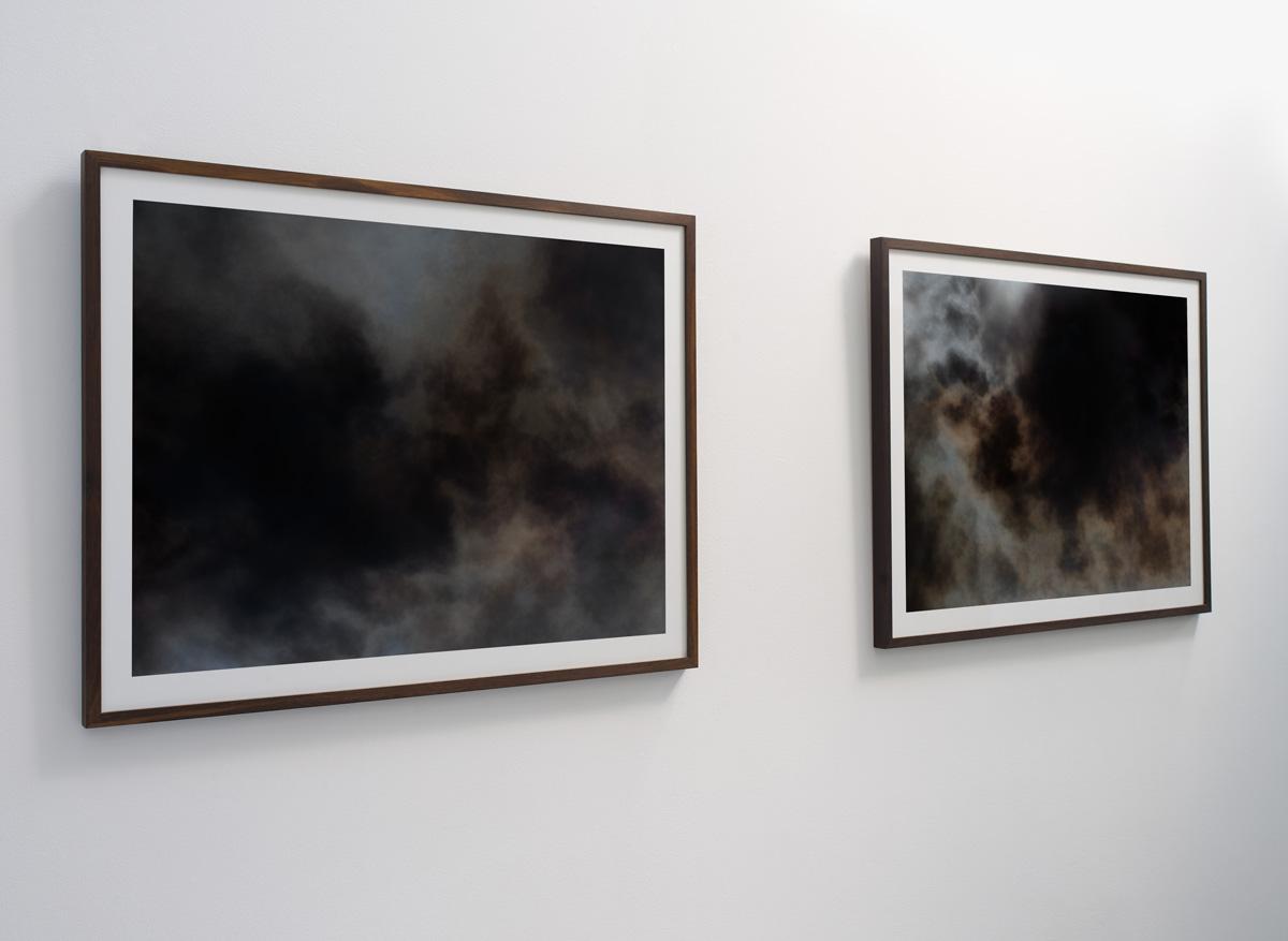 2 abstrakte kunstfotografier fra serien Wildfire print 80×103 cm (billede 70×93 cm) i rammer af røget eg.Set fra venstre.